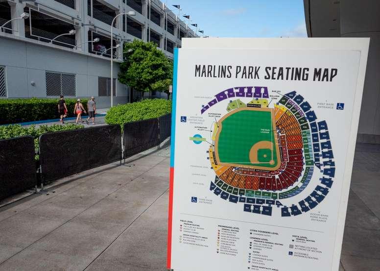 Fotografía del mapa de asientos y tribunas del estadio de los Miami Marlins afuera de su sede el 28 de julio de 2020 en Miami, Florida (EE.UU.). EFE/CRISTOBAL HERRERA-ULASHKEVICH
