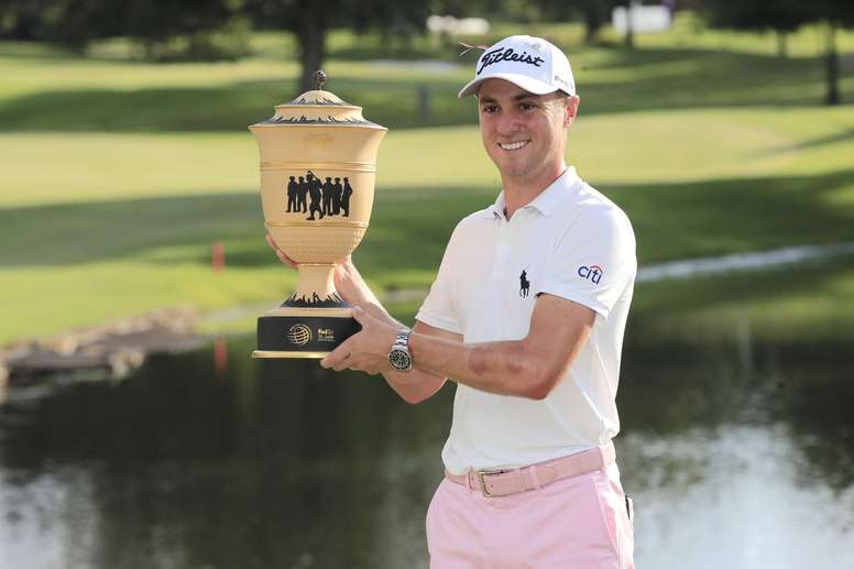 El golfista estadounidense Justin Thomas fue registrado este domingo al levantar el trofeo del torneo World Golf Championships-FedEx St. Jude Invitational, en Memphis (Tennessee, EE.UU.). EFE/Tannen Maury
