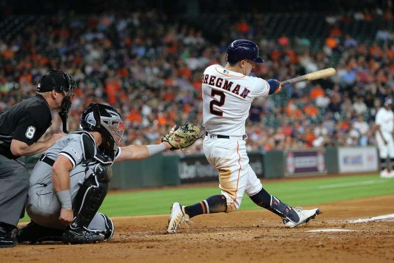 En la imagen un registro de Alex Bregman (d), tercera base de los Astros Houston, quien remolcó la carrera de la victoria de su equipo 6-5 sobre los Angelinos de Los Ángeles. EFE/Jorge Campos/Archivo