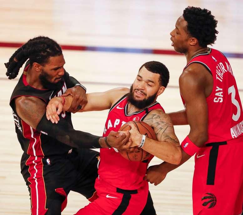 Jae Crowder (i) de los Heat de Miami en acción frente a Fred VanVleet (c) y OG Anunoby (d) de los Raptors de Toronto, en el ESPN Wide World of Sports Complex en Kissimmee, Florida (EE.UU.), hoy 3 de agosto de 2020. EFE/Erik S. Lesser