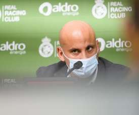 Rozada quiere un Racing con balón y vertical para atacar. EFE/Pedro Puente Hoyos