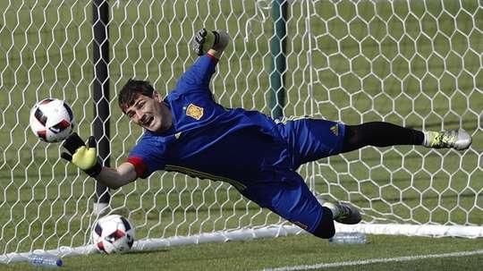 El mundo del fútbol abrazó a Casillas en su retirada. EFE