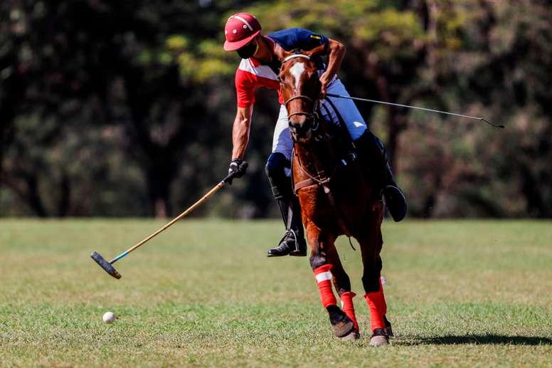 Un jinete del Aca Caraya Polo Club participa en un entrenamiento el 6 de agosto de 2020 en el Regimiento de Caballería N° 4 Acá Carayá en Asunción (Paraguay). EFE/Nathalia Aguilar