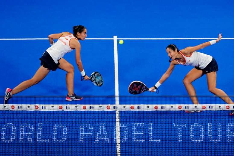 Las gemelas María Pilar (i) y María José Sánchez Alayeto, durante el partido ante Marta Ortega y Beatriz González, en la final del Adeslas Open de Madrid del World Padel Tour, este domingo en el Madrid Arena. EFE/J.J. Guillén