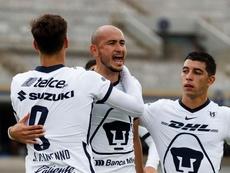 Carlos Gónzalez saca el puño en la remontada de Pumas. EFE /José Méndez