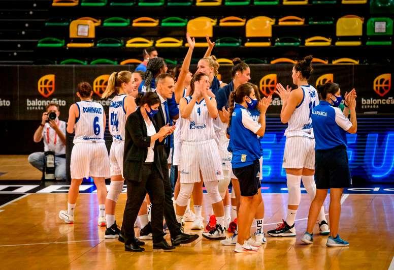 Las jugadoras de Perfumerías Avenida celebran la victoria ante Spar Girona tras el partido correspondiente a la semifinal de la Supercopa femenina 2020, este sábado en Bilbao. EFE/ Javier Zorrilla