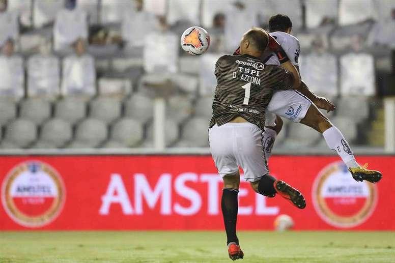 Santos se estampa ante el corazón de Olimpia. EFE