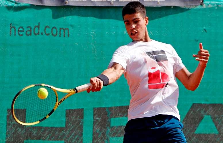 El considerado por muchos la joya del tenis español, el murciano Carlos Alcaraz, de solo 17 años, viaja hoy a París con muchas expectativas para disputar la fase previa de su primer Grand Slam, Roland Garros, de la mano de su entrenador, el exnúmero 1 del mundo Juan Carlos Ferrero. EFE/MORELL