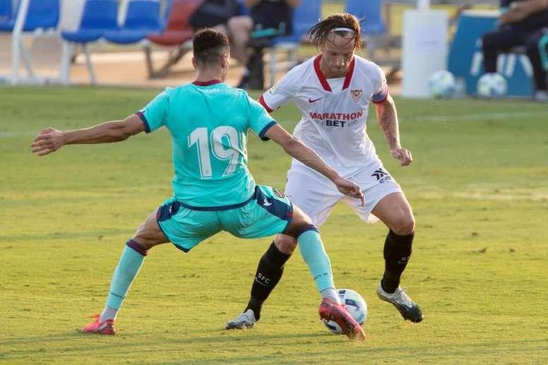 Rakitic, encantado en su debut oficial con el Sevilla. EFE/Marcial Guillén