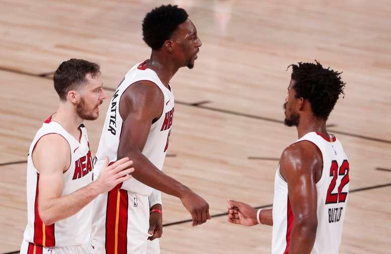 Goran Dragic (i), Bam Adebayo (c) y Jimmy Butler (d) de los Heat de Miami celebran tras vencer a los Celtics de Boston, en Kissimmee, Florida (EE.UU.), hoy 17 de septiembre de 2020. EFE/EPA/ERIK S. LESSER