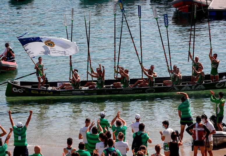 La tripulación de Hondarribia celebraba su victoria en la tanda de honor de la segunda y definitiva jornada de la regata de La Concha, la prueba más importante de la temporada de remo del Cantábrico, el pasado domingo 13 de septiembre. EFE/Juan Herrero.