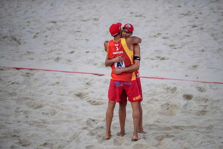 Los españoles Adrián Gavira y Pablo Herrera Allepuz celebran su victoria en un partido. EFE/Christian Bruna/Archivo
