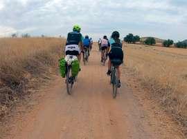 Los miembros de la Expedición Magallanes/Elkano en un tramo del camino rumbo a Sevilla . EFE/ cedida por Fundación Elkano