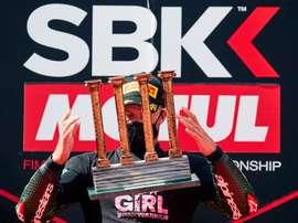 El piloto británico Jonathan Rea (Kawasaki Team Worldsbk) lanza al aire el trofeo de ganador tras su victoria en la primera carrera del Mundial de Superbikes (SBK) en el Circuito de Barcelona-Cataluña. EFE/Alejandro García