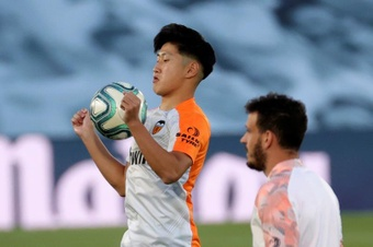 El Valencia y el Granada negocian un trueque entre Kang-In Lee y Eteki. EFE