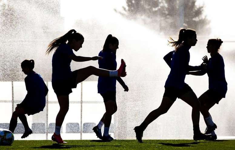 'Banco Santander' y 'AGM Educación' fomentan con becas el fútbol femenino. EFE