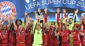 Rummenigge, heureux de pouvoir célébrer ce titre avec les supporters. EFE