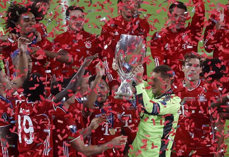 Neuer levantó la Supercopa al cielo de Budapest. EFE