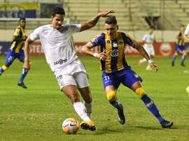 Santos pone pie y medio en octavos y destierra a Delfín. EFE