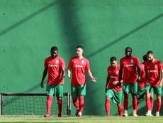 Faiq Bolkiah (2i) se entrenó como uno más con sus compañeros del Marítimo. EFE