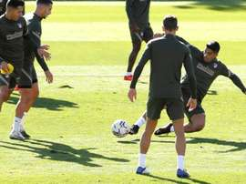 Simeone met with his attackers after the last training session. EFE
