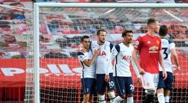 Son e Kane foram protagonistas da goleada por 6 a 1 sobre o Manchester United. EFE/EPA/Oli Scarff
