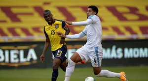 Ronald Araujo (R) is set to renew his Barcelona contract. EFE