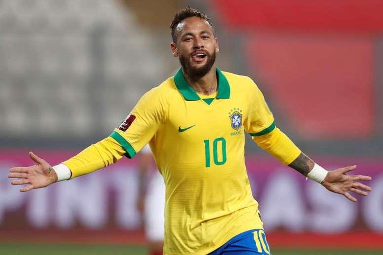 Todo el equipo arbitral estuvo de acuerdo en el penalti pitado sobre Neymar. EFE