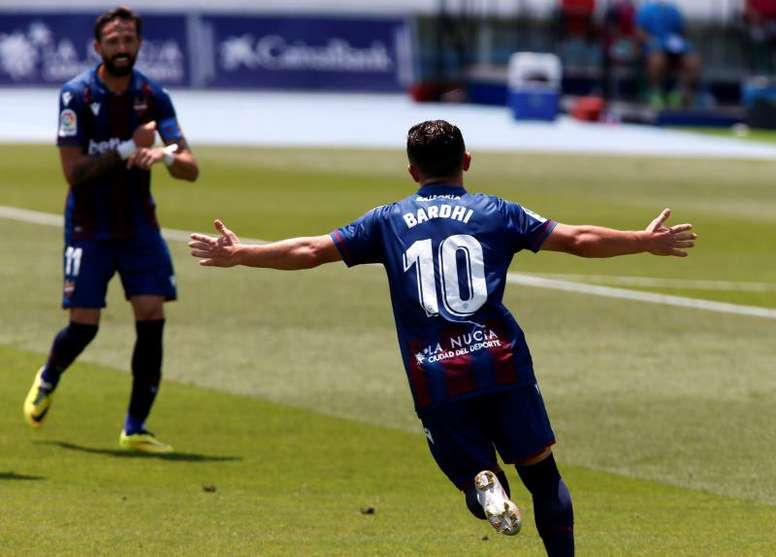 El Levante empezó a colocar el césped en el Ciutat de València. EFE