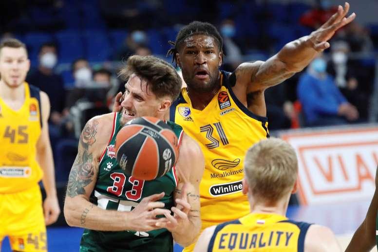 El pívot italiano del TD Systems Baskonia Achille Polonara (i), y el pívot estadounidense del Khimki de Moscú Devin Booker, en una jugada del partido correspondiente a la cuarta jornada de la Euroliga de baloncesto disputado en Vitoria. EFE/David Aguilar