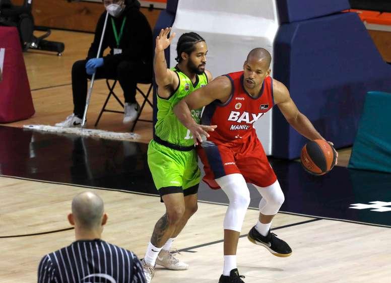 El jugador del Urbas Fuenlabrada Melo Trimble (d), y el jugador del Baxi Manresa J. Tabu, durante el partido de Liga Endesa que se disputó en el Pabellón Fernando Martín de Fuenlabrada. EFE/ZIPI