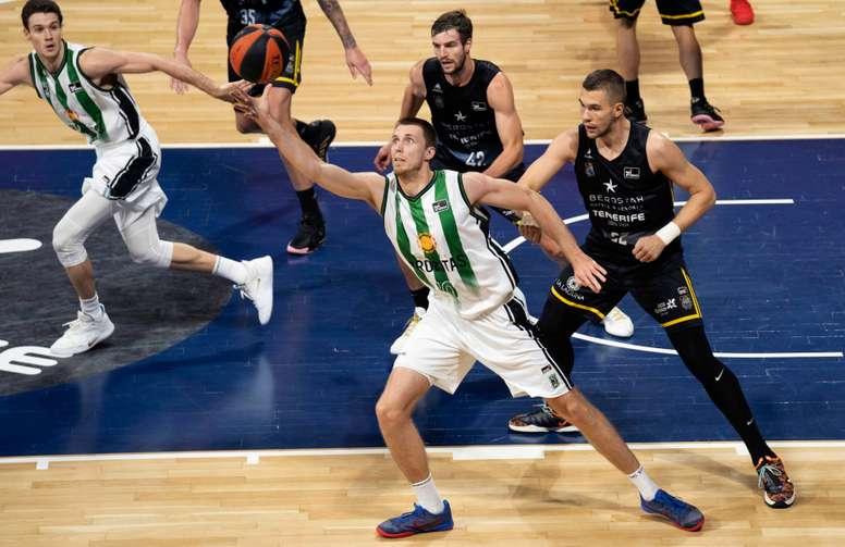 El jugador del Joventut de Badalona Vladimir Brodziansky (2-i) juega un balón ante dos defensores del Iberostar Tenerife, durante el partido de la Liga ACB de baloncesto disputado en el pabellón Santiago Martín de San Cristóbal de La Laguna. EFE/Miguel Barreto