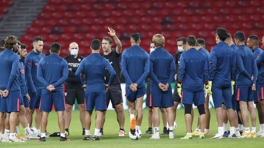 Sevilla trained before the match against Chelsea. EFE