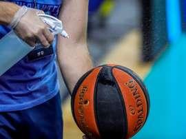 Labores de desinfección del balón de baloncesto. EFE/ JuanJo Martin/Archivo