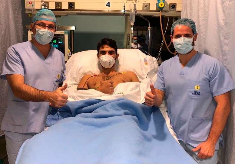 Tomeu Rigo, jugador del RETAbet Bilbao Basket junto a los doctores Manuel Leyes y César Flores. EFE/Clínica Cemtro de Madrid.