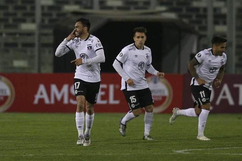 Apasionante duelo entre Colo-Colo y Jorge Wilstermann. EFE/Claudio Reyes/Archivo