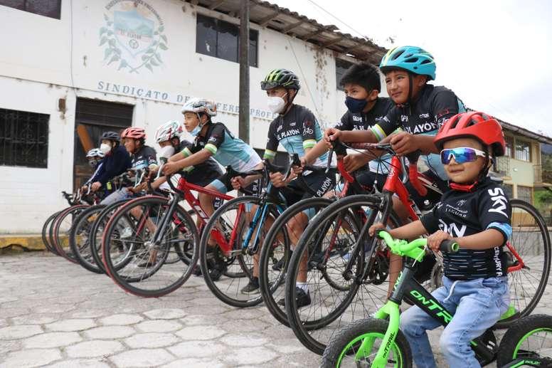 Niños y jóvenes de las nuevas generaciones de ciclistas de la escuela de El Playón, el 16 de octubre en Sucumbíos, Ecuador, de donde han salido grandes corredores estos últimos años como Richard Carapaz o Jonathan Narváez. EFE/Xavier Montalvo