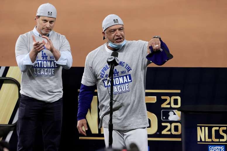 El manejador de los Dodgers de Los Angeles, Dave Roberts (d). EFE/EPA/TANNEN MAURY/Archivo