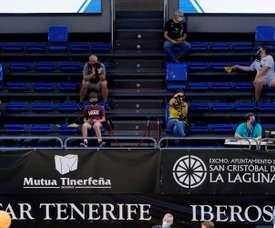 Aficionados en la grada del pabellón Santiago Martín de La Laguna (Tenerife) para presenciar el partido de Champions League de Baloncesto que enfrentará este martes al Iberostar Tenerife con el Bakken Bears. El club tinerfeño ha puesto a la venta, por primera vez desde el confinamiento por Covid, 607 entradas. EFE/Ramón de la Rocha