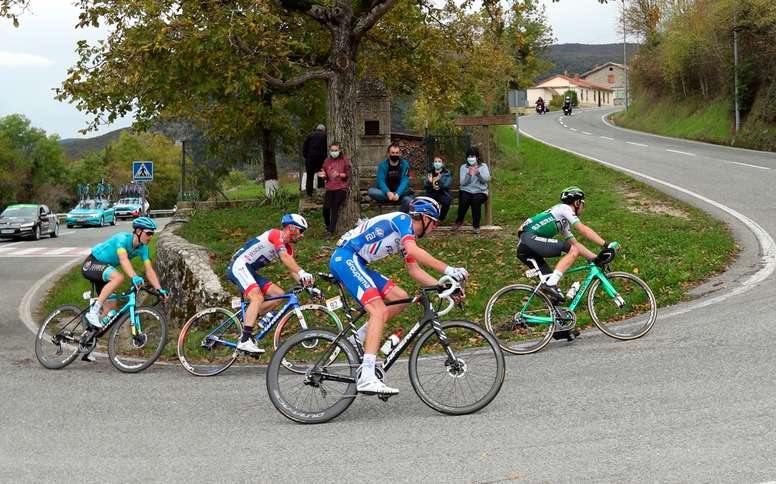 El ciclista francés del Groupama FDJ Bruno Armirail (primer término) circula en un grupo de escapados en la segunda etapa de la Vuelta Ciclista a España, que se disputó entre Pamplona y Lekunberri, de 151, 6 kilómetros. EFE/Kiko Huesca