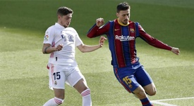 Lenglet (R) gave away the controversial penalty in 'El Clasico'. EFE