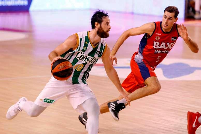 Pablo Almazán (i), del Coosur Real Betis, intenta superar a Guillem Jou (d), del Baxi Manresa, durante el partido de Liga ACB que se jugó en Manresa. EFE/Susanna Sáez