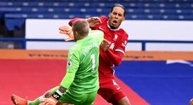 Virgil van Dijk sofru lesão grave de ligamento. AFP