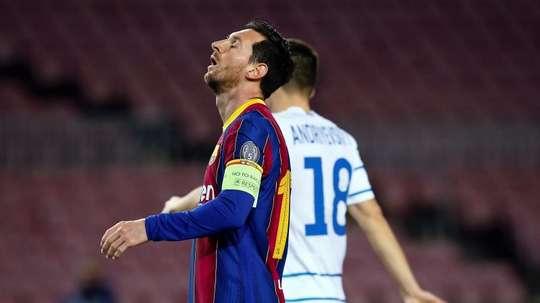 Mykolenko do Dínamo de Kiev não pode viajar a Barcelona no jogo de ida. EFE/ Enric Fontcuberta