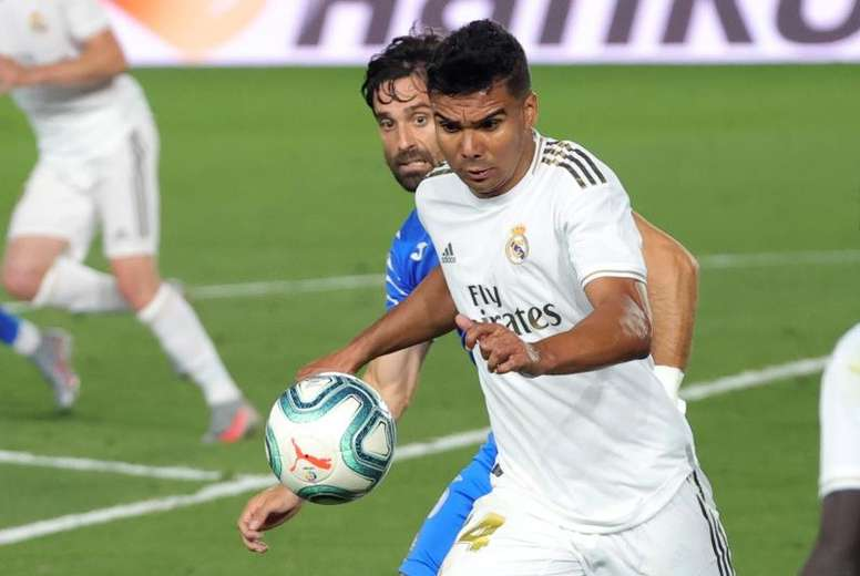 Casemiro está perto de receber suspensão nas duas competições. EFE/JuanJo Martín/Arquivo
