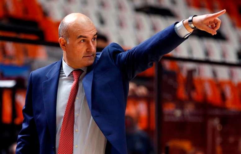 El técnico del Valencia Basket, Jaume Ponsarnau, hace una indicación a sus jugadores. EFE/Miguel Ángel Polo/Archivo
