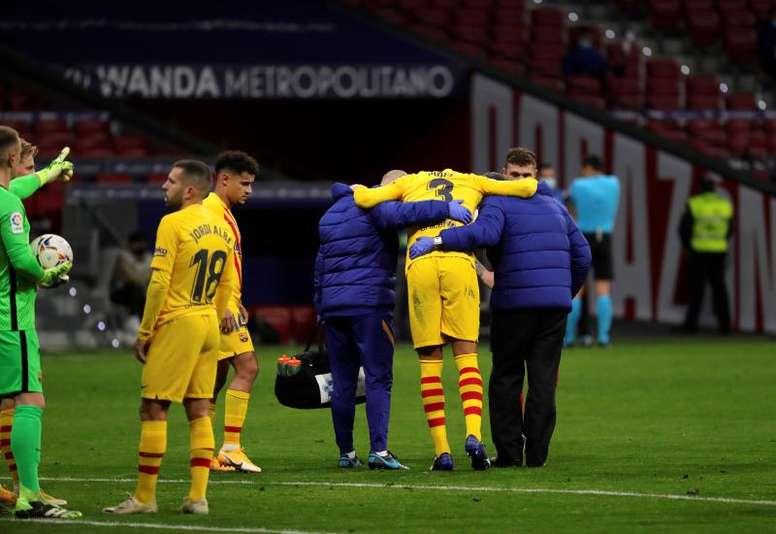 El Barça anuncia que Piqué sufre un esguince de rodilla. EFE