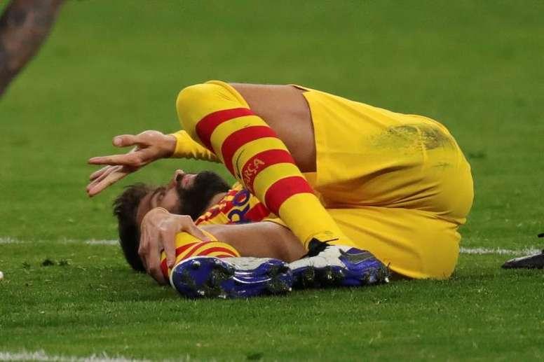 ¡Alarma Barça!: Piqué se dobló la rodilla y se marchó llorando. EFE