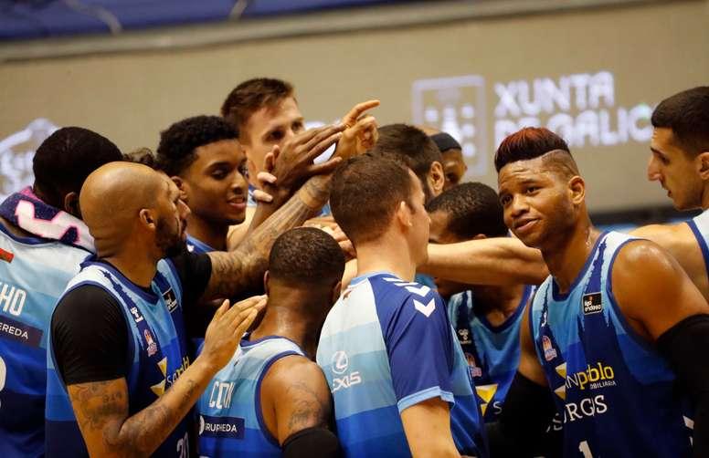 Los jugadores de San Pablo Burgos celebran la victoria, 63-78 ante el Monbús Obradoiro tras el partido de liga ACB, en Santiago de Compostela. EFE/Lavandeira jr