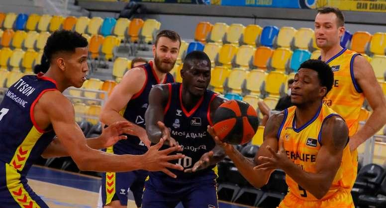El jugador del Herbalife Gran Canaria Stan Okoye y los jugadores del Morabanc Andorra Malik Dime (c) y Tyson Pérez (i) durante el partido de la liga ACB que ambos equipos disputaron en el Gran Canaria Arena, en Las Palmas de Gran Canaria. EFE/ Elvira Urquijo A.